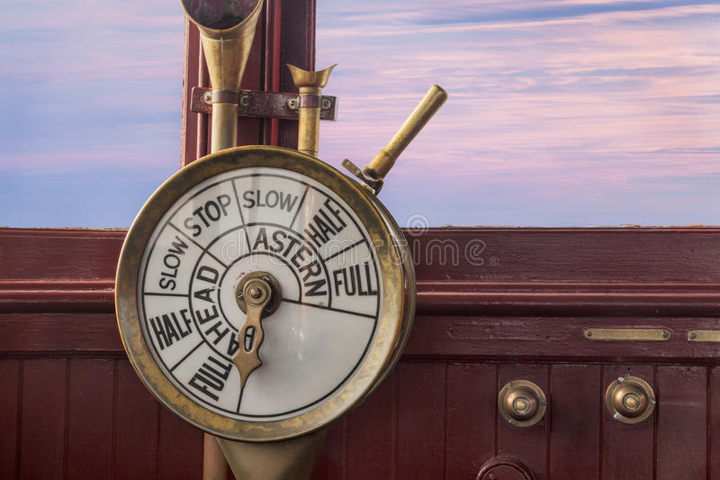 Motorstyrning på skeppbron royaltyfria foton