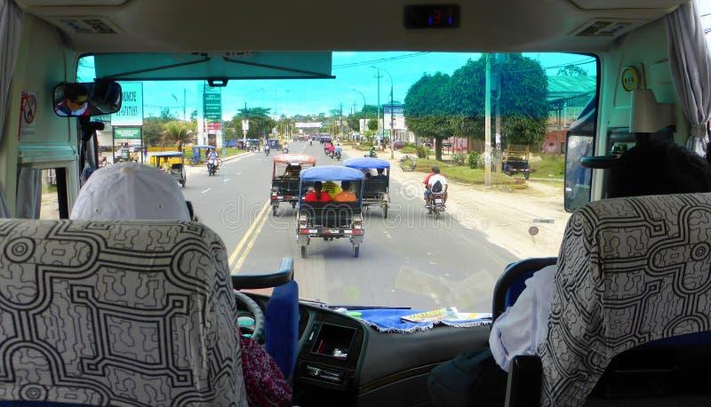 Motortaxis op bezige stadsstraat royalty-vrije stock afbeelding