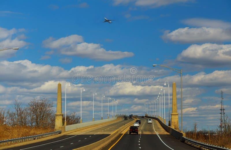 Motorväg bron till och med floden med vägen arkivfoton