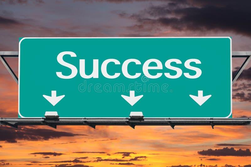 Motorväg till framgångvägmärket arkivbilder