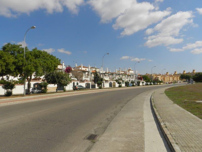 Motorväg till lilla staden royaltyfri fotografi