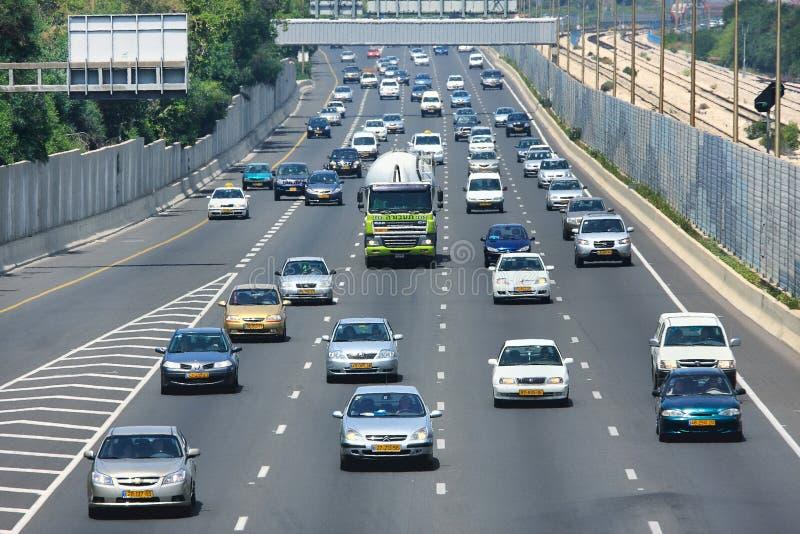 Motorvägtrafik. Tel Aviv Israel. arkivfoton