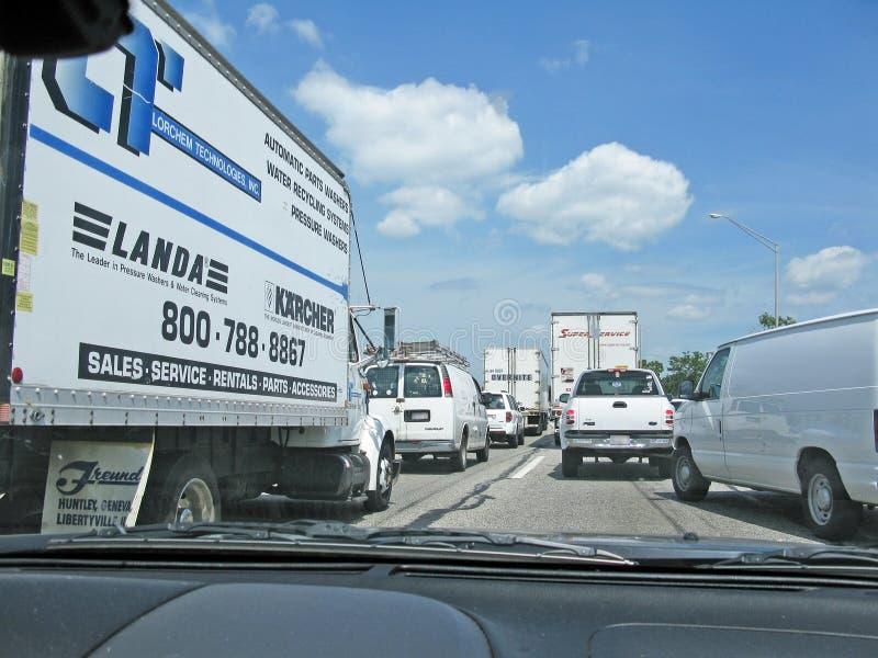 Motorvägtrafikstockning i vit arkivbild