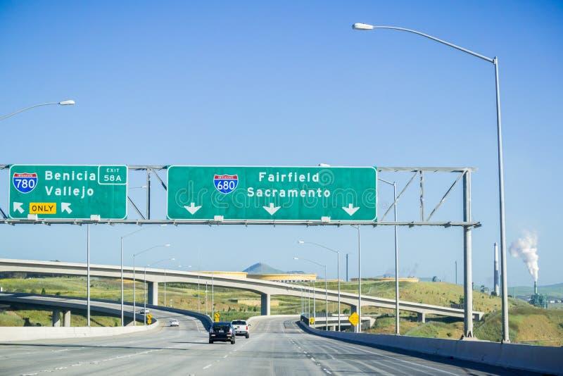 Motorvägutbyte undertecknar in östliga San Francisco Bay, Kalifornien arkivfoto