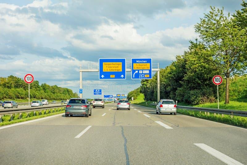 Motorvägvägmärke på autobahnen A8, B27 Tuebingen Reutlingen/Filderstadt Leinfelden-Echterdingen arkivbild