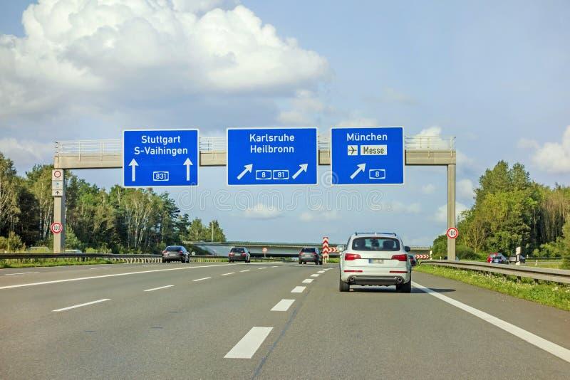 Motorvägvägmärke på autobahnen A81, Stuttgart/Vaihingen - Karlsruhe/Heilbronn/Munich royaltyfria bilder