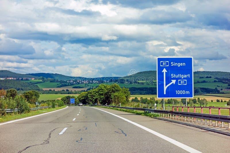 Motorvägvägmärke på visningutgången för Autobahn A81 till Stuttgart royaltyfria bilder