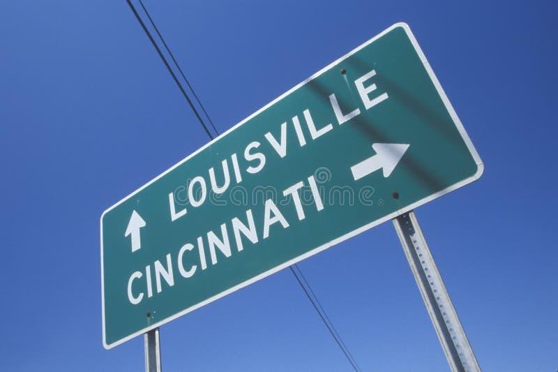 Motorvägvägmärke till Louisville och Cincinnati royaltyfri foto