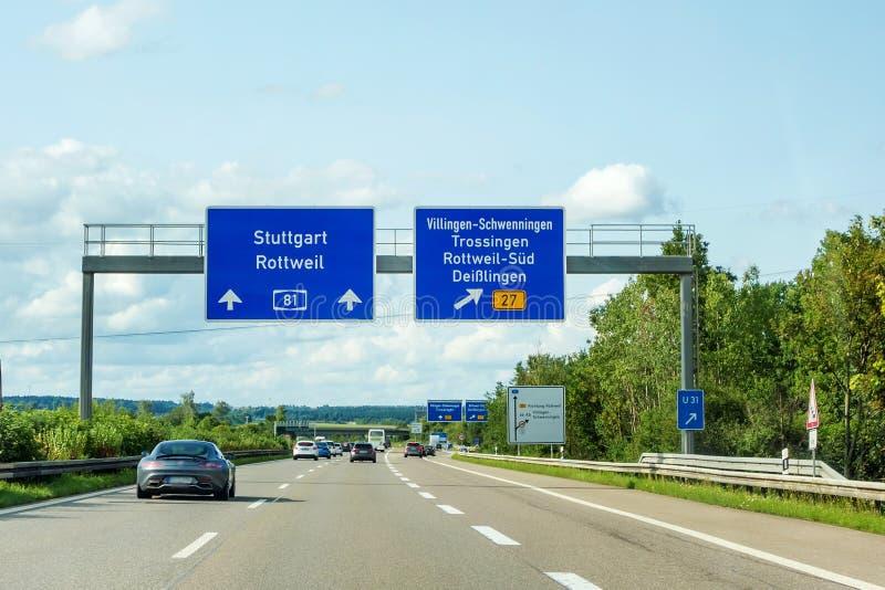 Motorvägvägmärken på visning för Autobahn A81 går ut till Villingen-Schwenningen royaltyfri bild