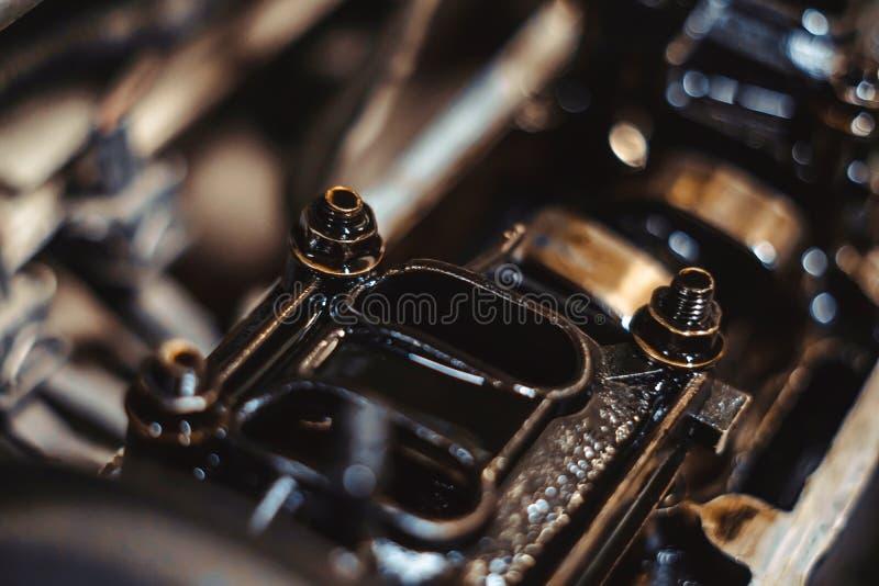 Motorventil i olja royaltyfria foton