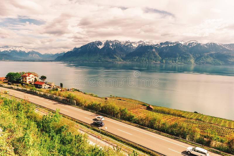 Motorway i den Schweiz vägen med att bedöva sikt royaltyfria bilder