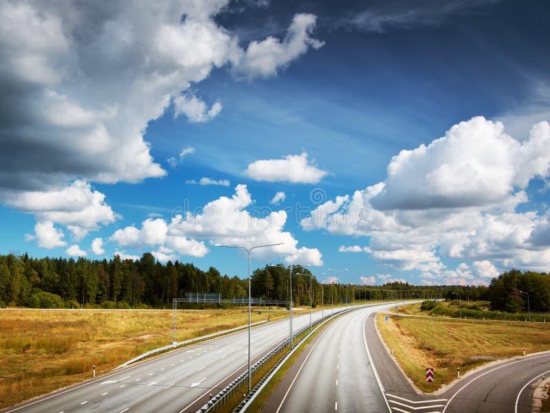 Motorway i sommar med härliga moln royaltyfri fotografi