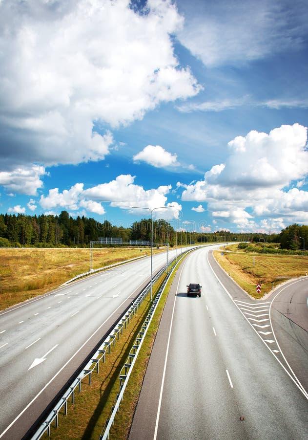 Motorway i sommar med härliga moln arkivbild