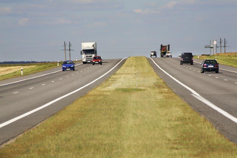 Motorway M-1 nära den Petkovichi byn _ royaltyfri foto