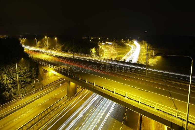 Motorway M25 på natten: Ljusslingor. arkivbilder