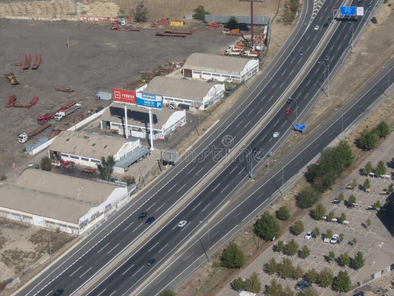 Motorway med bil- och lagringsplatser i omgivningen i Madrid royaltyfri foto
