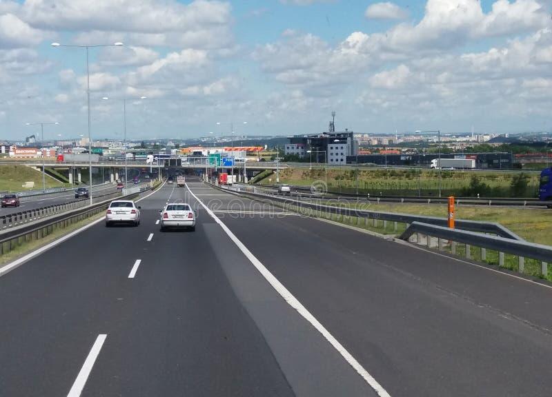 Motorway med bilar i Prague arkivbilder