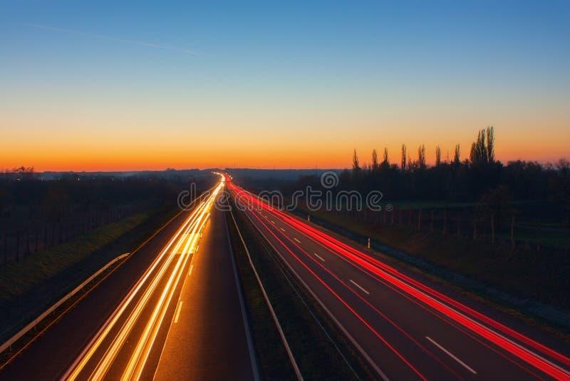 Motorway på natten med beuatiful ljusa slingor royaltyfri fotografi