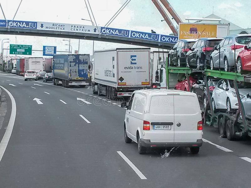 Motorway som leder till Prague med trafikstockning royaltyfria bilder
