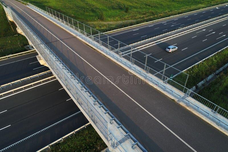 Motorway som ses från ovannämnt, bro över huvudvägen fotografering för bildbyråer
