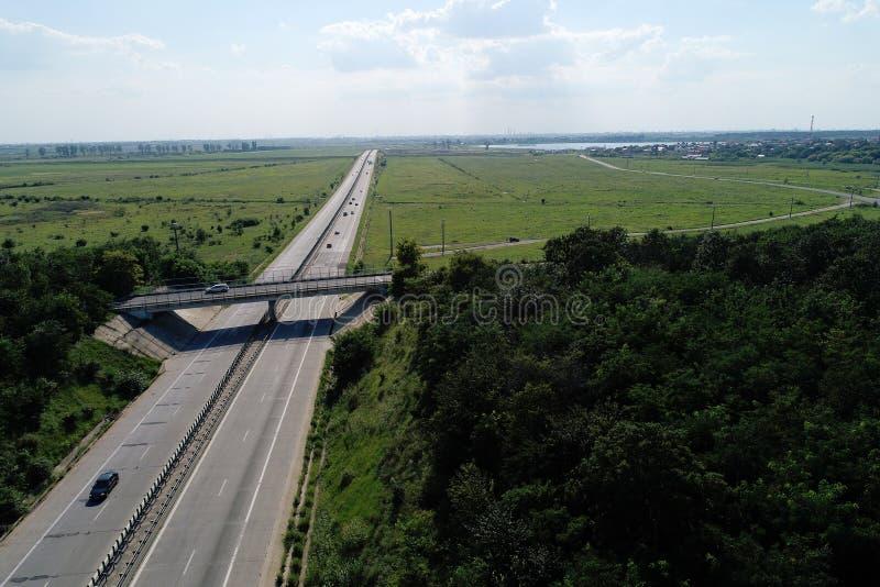 Motorway som ses från ovannämnt, bro över huvudvägen arkivfoto
