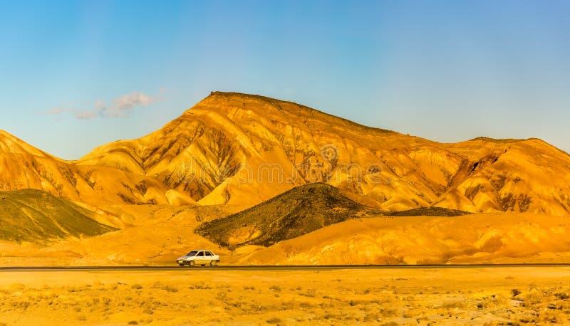 Motorway Teheran - Isfahan i Karkas berg royaltyfri foto