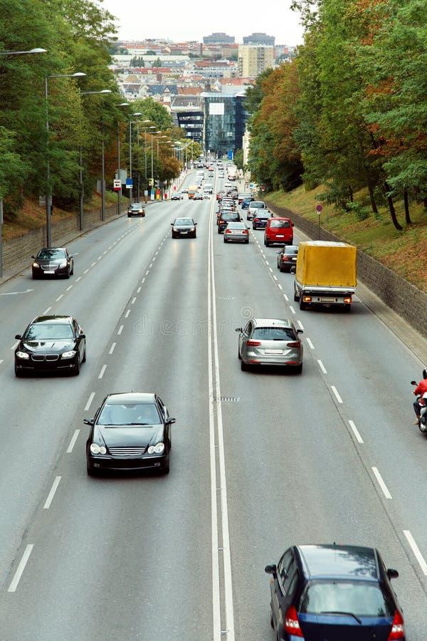 Motorway ut ur stad G?ende bilar p? v?gen arkivfoto