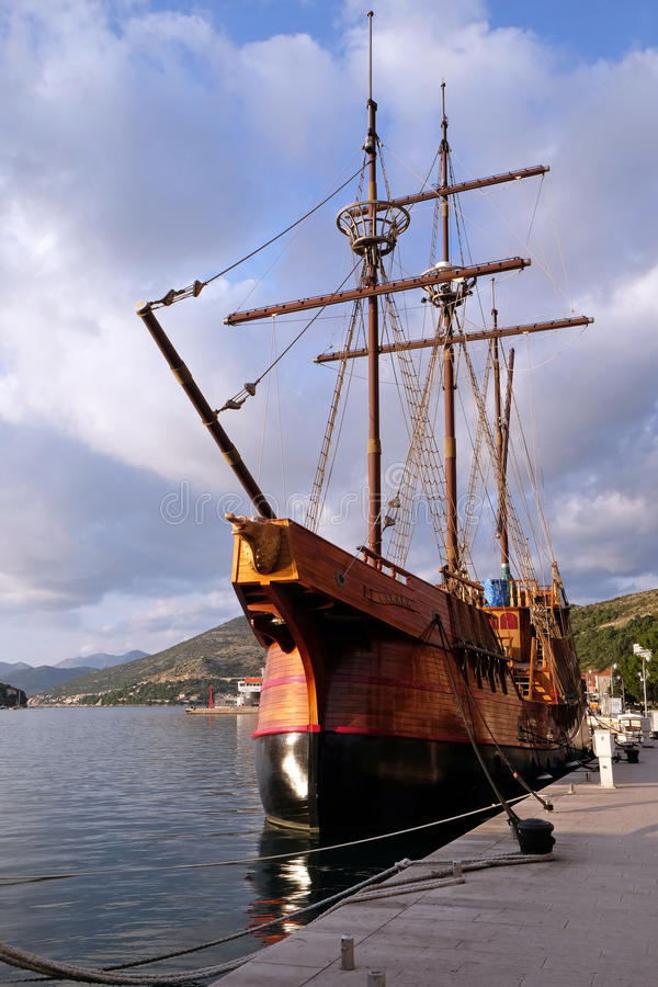 Motorzeilboot Karaka in haven van Dubrovnik, royalty-vrije stock afbeeldingen