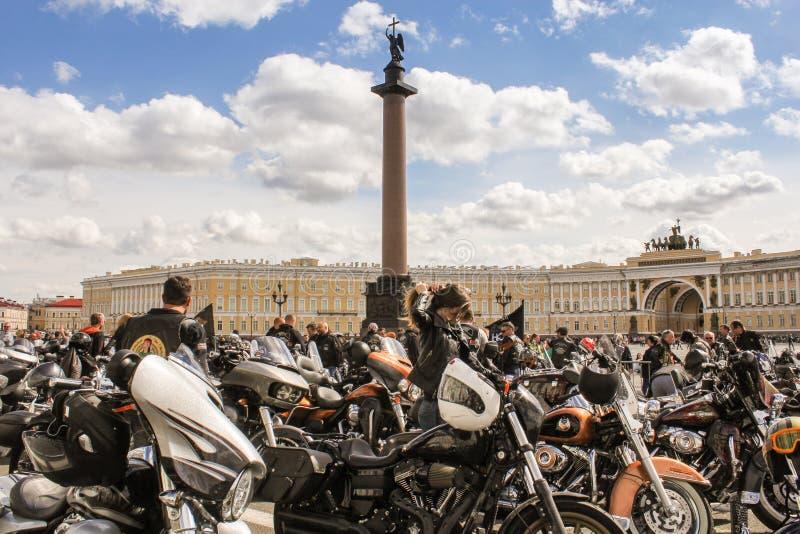 Download Motos Avec Des Personnes Aux Sièges Sociaux Principaux Image éditorial - Image du moto, emballage: 77163360