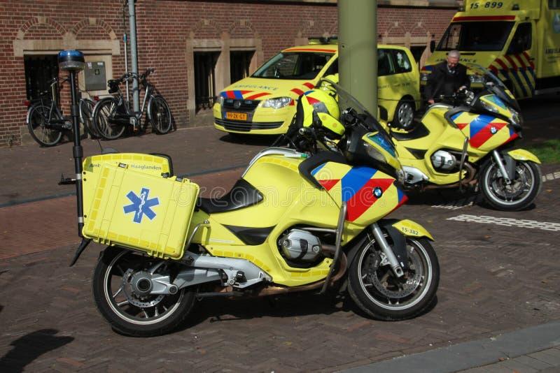 Motos de la emergencia en La Haya que se están utilizando para conseguir aprisa a las víctimas en calles muy transitadas estrecha foto de archivo