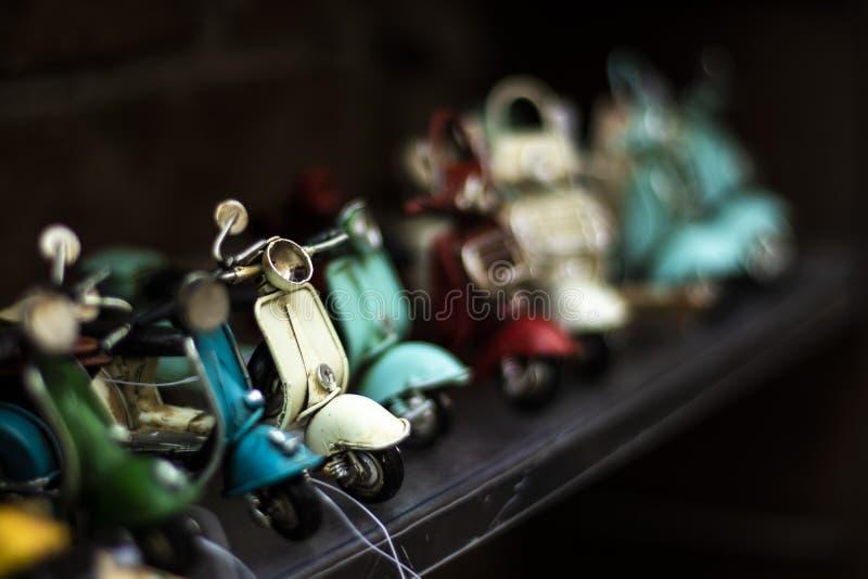 Motos italianas de diverso juguete hechas a mano cerca para arriba imágenes de archivo libres de regalías