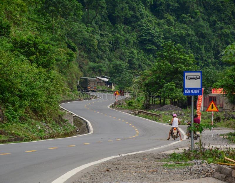 Motos que montan de la gente en el camino rural en Lang Son, Vietnam fotografía de archivo