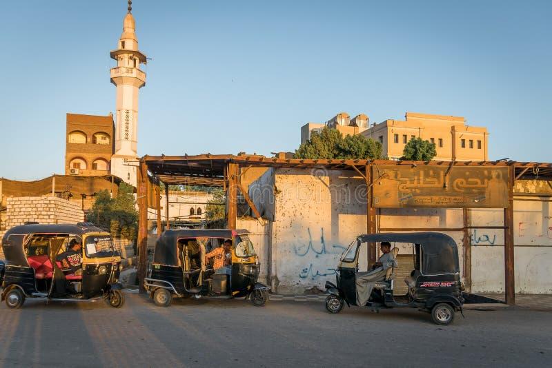 Mototaxi, tuc de tuc, dans la ville d'Edfu ?gypte l'afrique images libres de droits