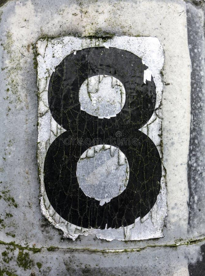 Mots écrits dans l'état affligé numéro trouvé par typographie huit 8 image stock