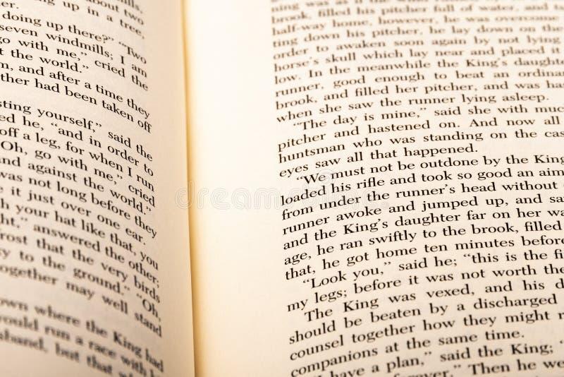 Mots anglais montrés à deux pages ouvertes de livre images stock