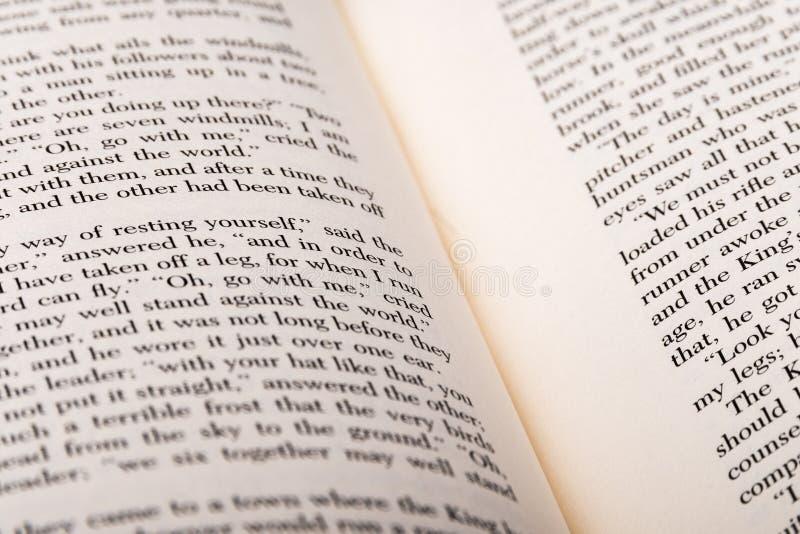 Mots anglais montrés à deux pages ouvertes de livre photos libres de droits