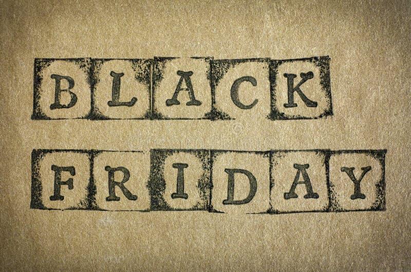 Mots Black Friday sur le carton images stock