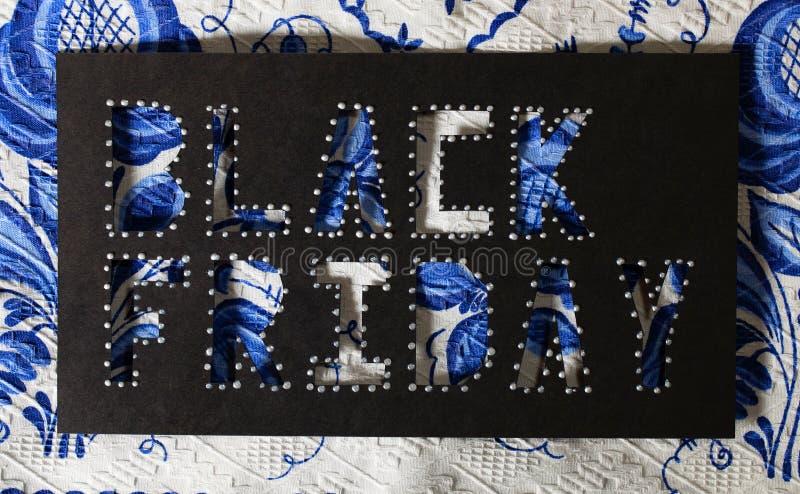 Mots BLACK FRIDAY sur le papier noir de carton photo libre de droits