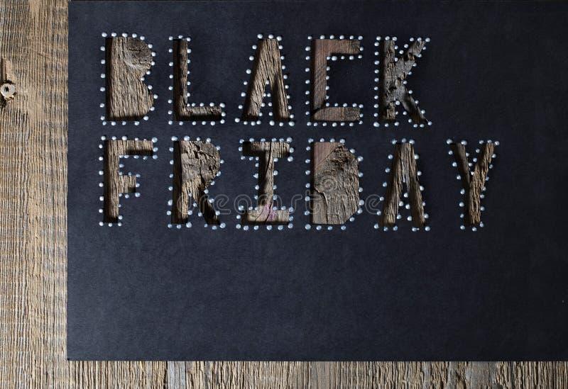 Mots BLACK FRIDAY sur le papier noir de carton photos libres de droits