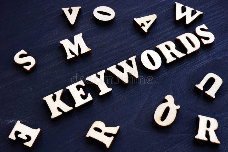 Mots-clés et lettres en bois Concept de SEO image libre de droits