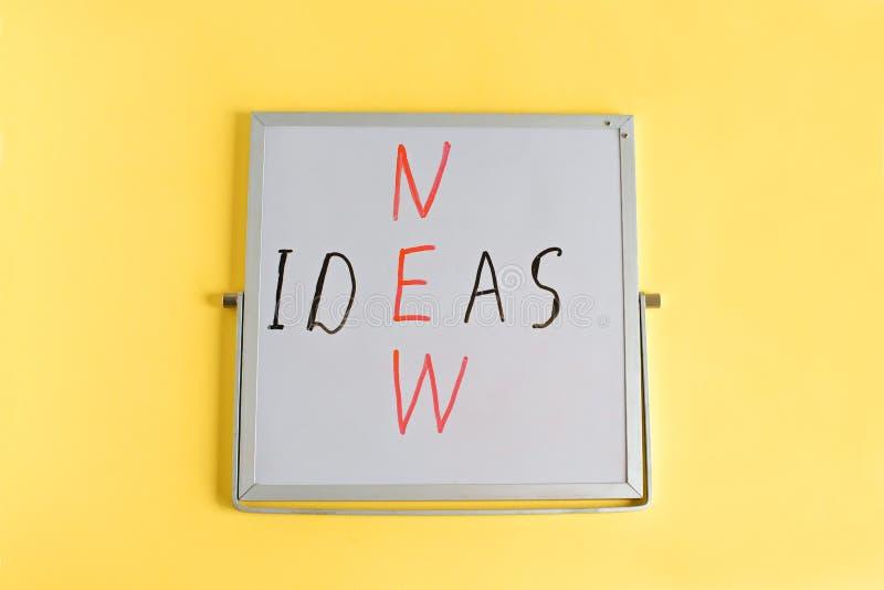 Mots créatifs de concept d'idées d'affaires nouveaux écrits sur le mini tableau sur le fond jaune Mots d'idées images libres de droits