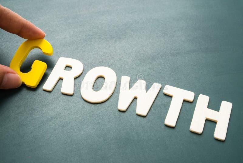 Mots de croissance sur le tableau noir image stock