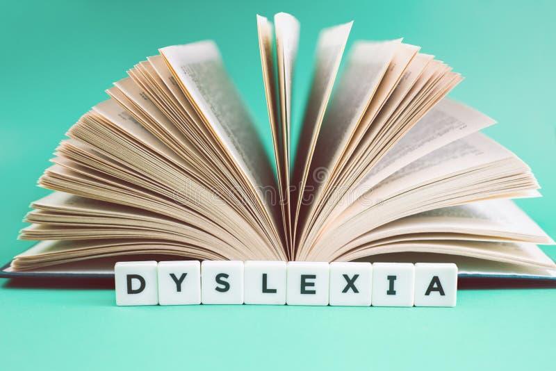 Mots de dyslexie et de lecture avec un livre ouvert photographie stock