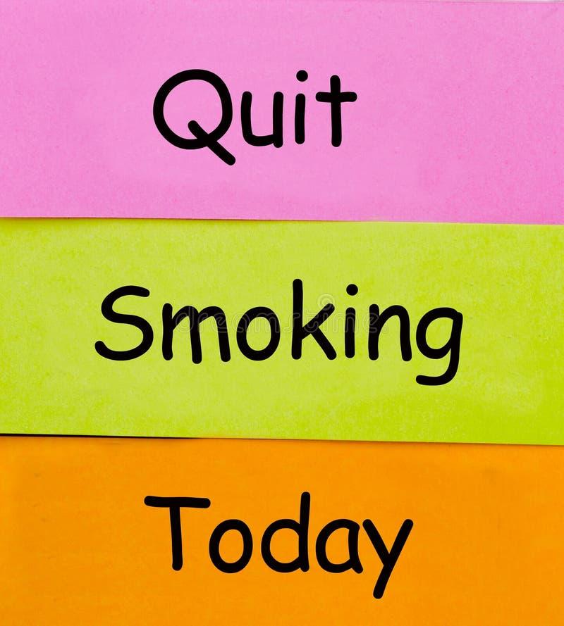 Mots de tabagisme Quit écrits sur les notes collantes photographie stock libre de droits