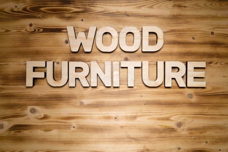 Mots EN BOIS de MEUBLES faits de caractères gras en bois sur le conseil en bois photos stock