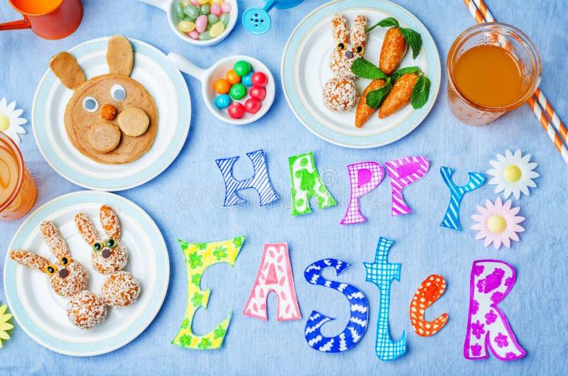 Mots heureux de Pâques avec les bonbons et le jus pour des enfants photos libres de droits