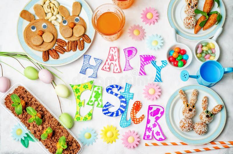 Mots heureux de Pâques avec les bonbons et le jus pour des enfants image libre de droits
