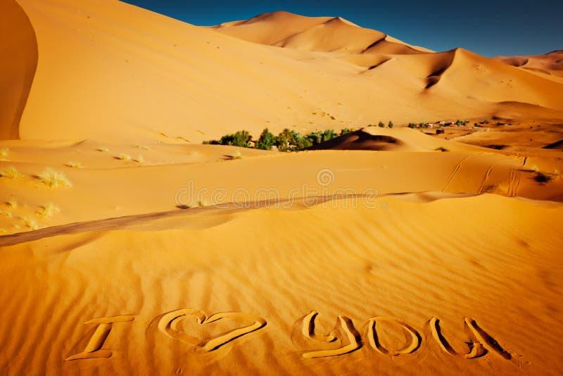 Mots je t aime écrits dans les dunes de sable