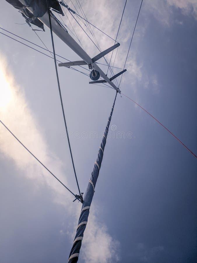 Motsatt plan av masten av en vit katamaran royaltyfria foton