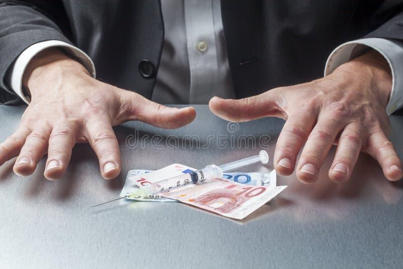 Motstå i gripande pengar för medicinsk anledning royaltyfri fotografi